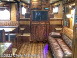2016 Platinum Coach Outlaw 4 Horse SIDE LOAD OUTLAW 50AMP Couch and Dinette