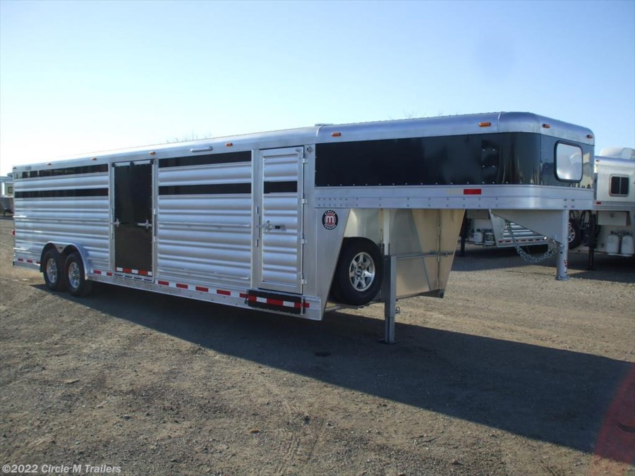 2018 Platinum Coach 28' Club Calf with center ramp & sliding gate