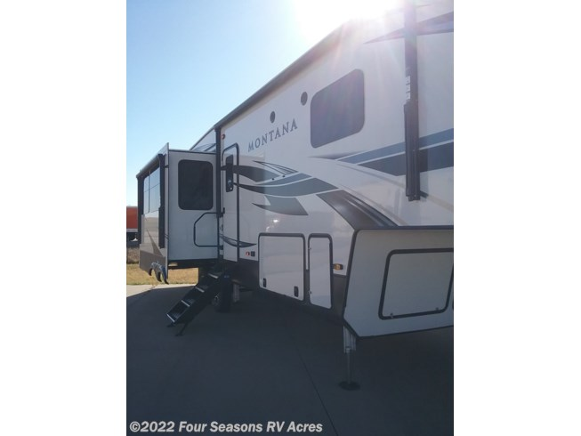 2021 Keystone Montana 3120RL - New Fifth Wheel For Sale by Four Seasons RV Acres in Abilene, Kansas features Fireplace, TV, Microwave, Power Awning, Slideout