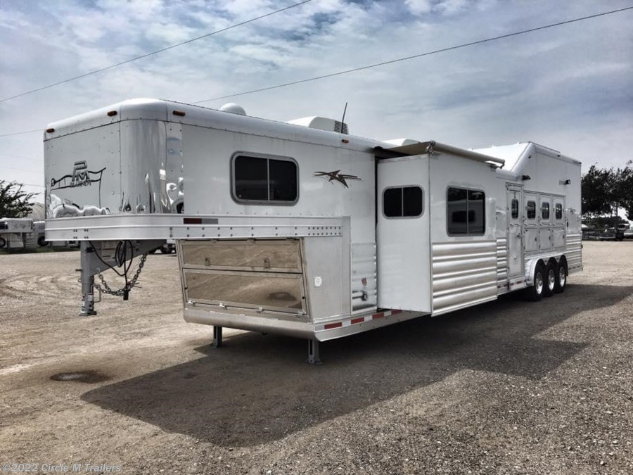 2018 Platinum Coach Outlaw 4H SIDE LOAD/Toy Hauler OUTLAW 50AMP Couch and Din