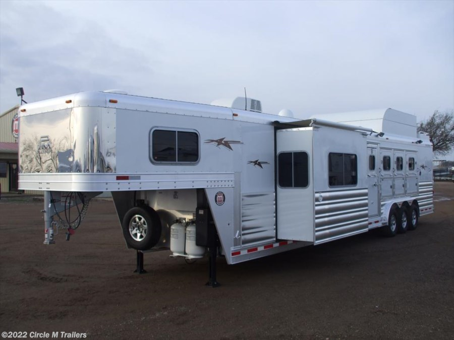 2018 Platinum Coach Outlaw 4H SIDE LOAD/Toy Hauler OUTLAW Couch and Din