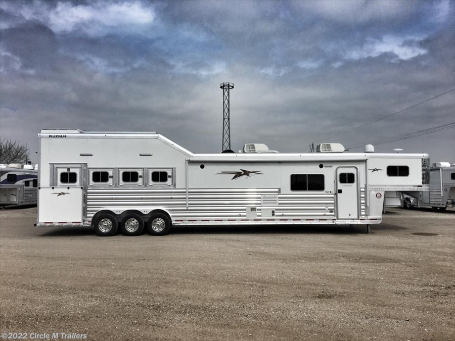 2018 Platinum Coach Outlaw 4H SIDE LOAD/Toy Hauler OUTLAW Couch and Dinette