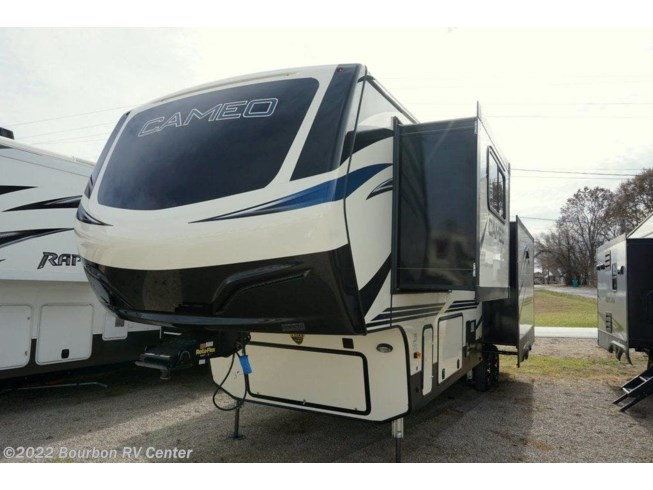 New 2020 CrossRoads Cameo CE3201RL available in Bourbon, Missouri